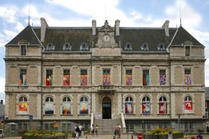 La Mure en couleurs : huit artistes font de la mairie une œuvre d'art ! dans Matheysine Hôtel-de-ville-carte-postale-1-300x200