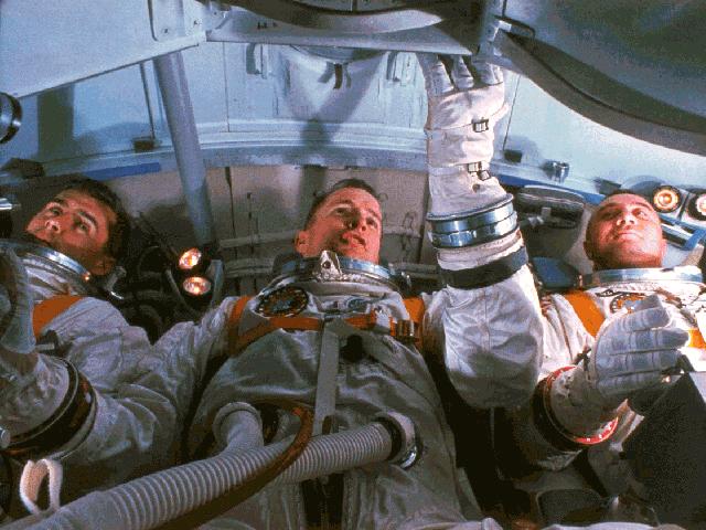 Qui s'en souvient ? dans Espace Apollo1_Crew_im_Simulator-W